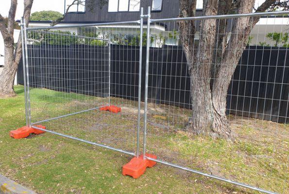 temp fence with plastic feet